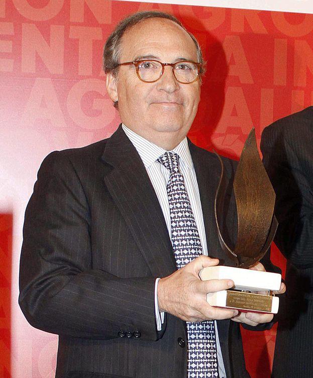 Foto: Antonio Hernández Callejas recibe el Premio de Innovación Agroalimentaria de manos de Susana Díaz. (Foto: Gtres)