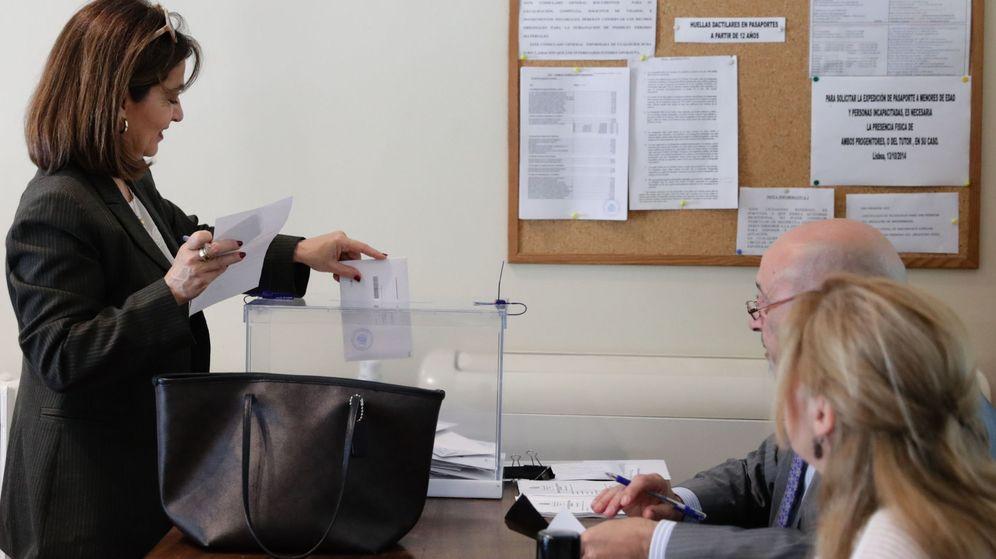 Foto: Una ciudadana vota durante las elecciones. (Reuters)