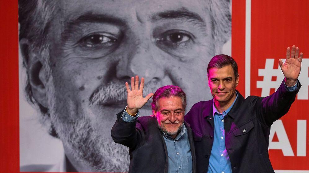Foto: El presidente del Gobierno y secretario general de los socialistas, Pedro Sánchez (d), presenta la precandidatura del exseleccionador de baloncesto Pepu Hernández. (EFE)
