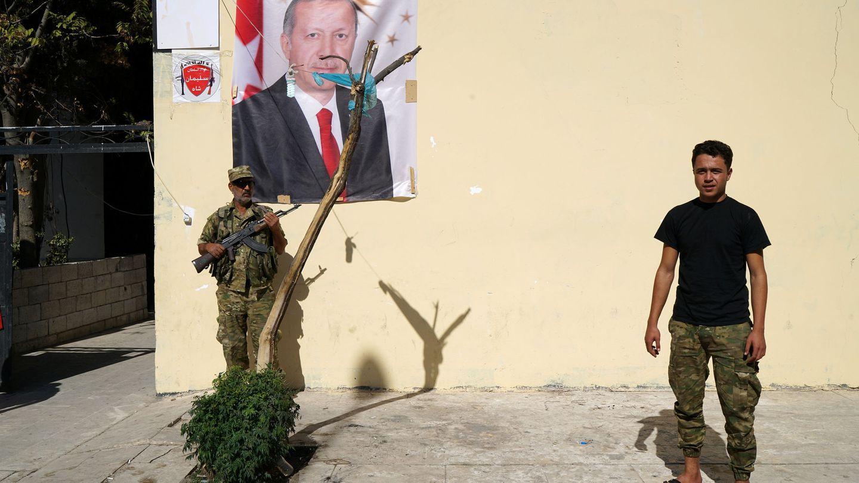 Miembros del Ejército Sirio Libre frente a una foto de Erdogan en Yarabulus, Siria, el 19 de octubre de 2016 (Reuters)