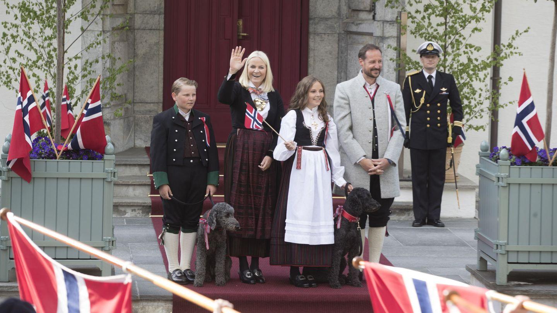 El príncipe Sverre Magnus de Noruega, con el perro Muffins Krakebolle, la princesa heredera Mette-Marit, la princesa Ingrid Alexandra con el perro Milly Kakao y el príncipe heredero Haakon en Skaugum, Asker (Noruega). (Efe)