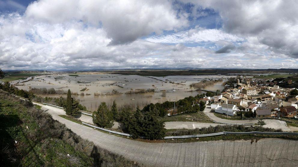 El Ebro inunda carreteras y pueblos a su paso por Navarra