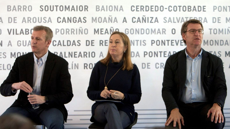El presidente de la Xunta, Alberto Núñez Feijóo, acompañado por Ana Pastor y Alfonso Rueda. (EFE)