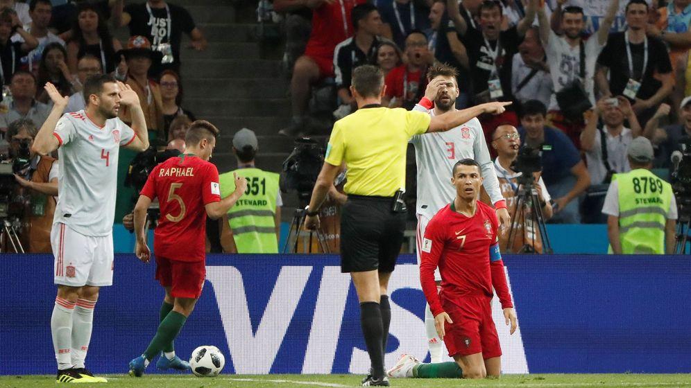 Foto: El árbitro italiano Favio Rocchi señala penalti de Nacho a Cristiano. (EFE)