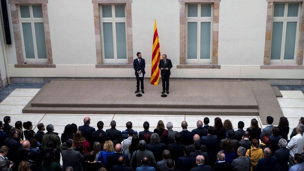 Foto: El presidente de la Generalitat de Cataluña, Quim Torra, y el del Parlament, Roger Torrent, durante la declaración institucional del viernes. (EFE)