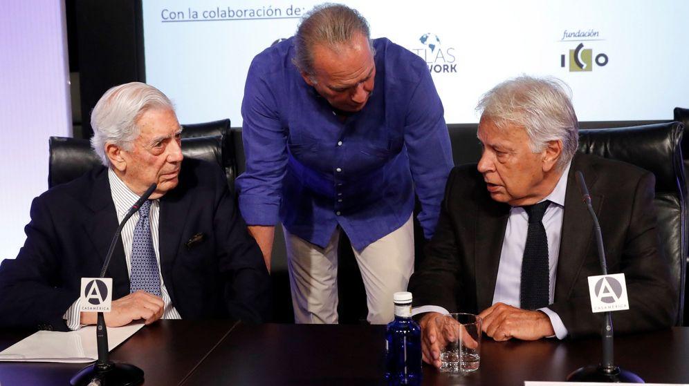 Foto: De izquierda a derecha, Mario Vargas Llosa, Bertín Osborne y Felipe González. (EFE)