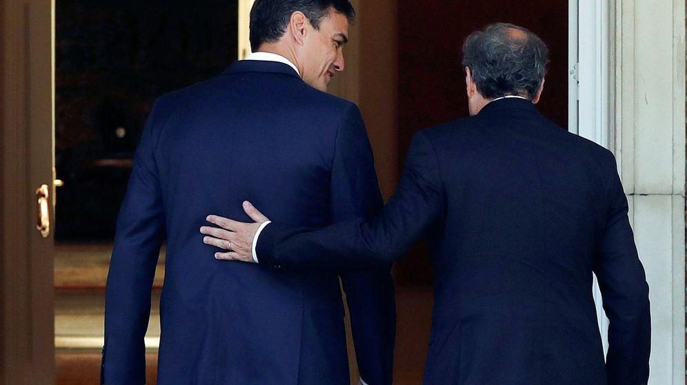 Foto: El presidente del Gobierno, Pedro Sánchez, y el 'president' de la Generalitat, Quim Torra, se saludan antes de la reunión. (EFE)