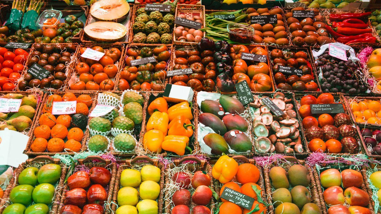 Frutas y verduras en un mercado. (iStock)