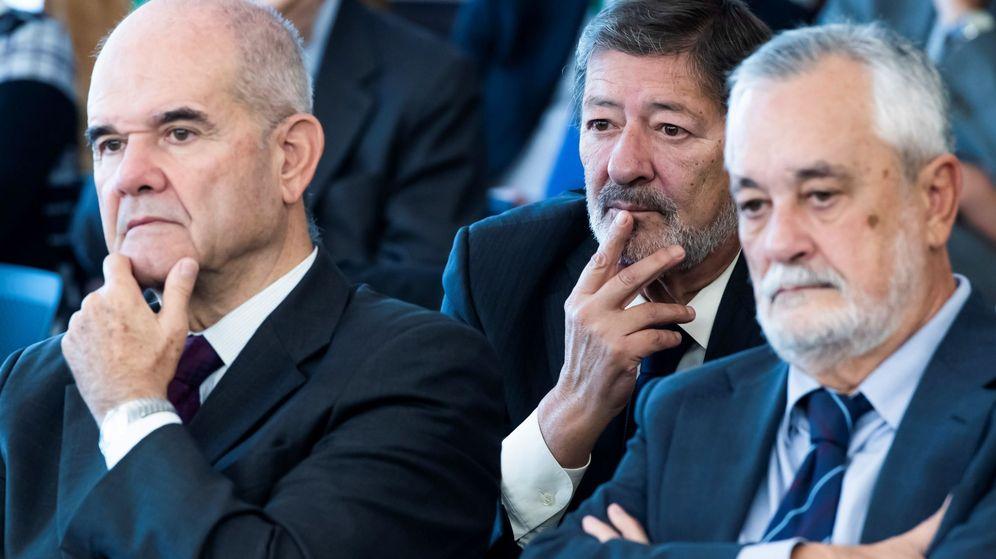 Foto: Los expresidentes andaluces Manuel Chaves (izquierda) y José Antonio Griñan (derecha), en el juicio de los ERE. (EFE)