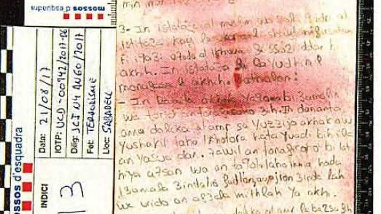 Transcripción fonética de aleyas del Corán encontrada en la furgoneta del atentado.