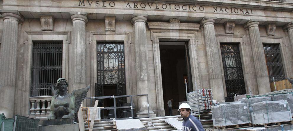 Foto: Un operario durante las obras de reforma del Museo Arqueológico Nacional, en el año 2011. (Efe)