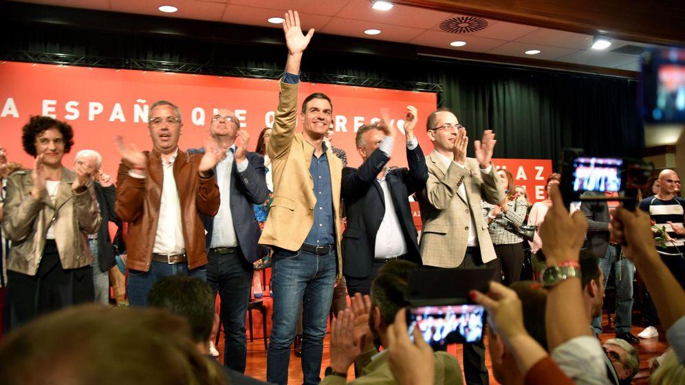 Foto: El presidente del Gobierno de España y candidato del PSOE a la reelección, Pedro Sánchez (c), en un acto electoral en La Palma. (EFE)