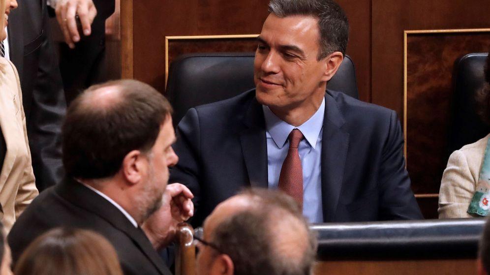 Foto: El diputado electo en prisión preventiva de ERC, Oriol Junqueras, pasa ante el presidente del Gobierno en funciones, Pedro Sánchez. (EFE)