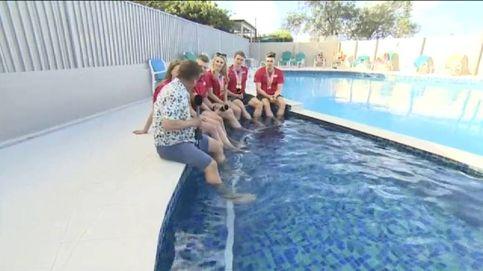 Un reportero de la 'BBC' tropieza y cae en una piscina en plena entrevista