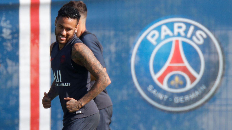 Neymar, sonríe, en el entrenamiento del PSG. (EFE)