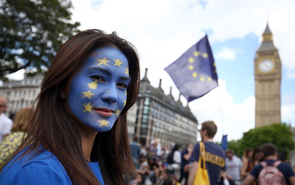 Foto: Una mujer con una bandera de la UE pintada en la cara posa durante una protesta contra el Brexit, en Londres, el 2 de julio de 2016 (Reuters).