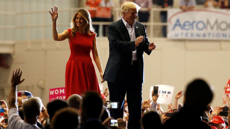 El presidente Donald Trump y la primera dama Melania Trump saludan a simpatizantes en Melbourne, Florida. (Reuters)