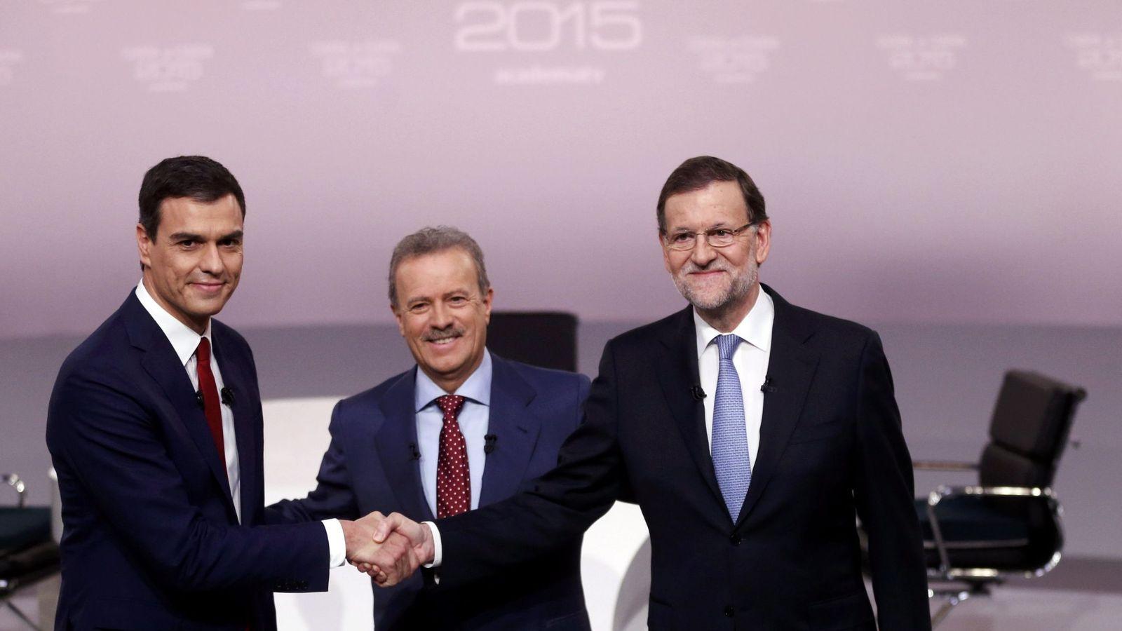 Foto: Pedro Sánchez y Mariano Rajoy se saludan antes del cara a cara en presencia del presidente de la ATV y moderador del espacio, Manuel Campo Vidal, este 14 de diciembre. (Reuters)