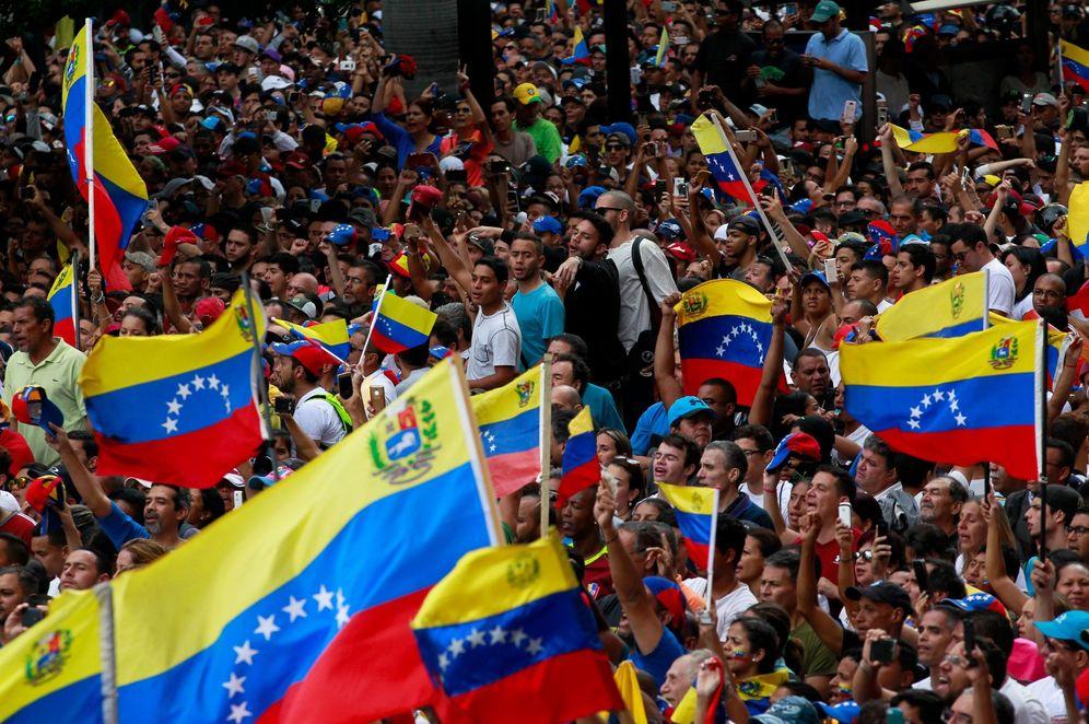 Foto: Opositores se manifiestan en contra del presidente de Venezuela, Nicolás Maduro, este miércoles en Caracas. (EFE)