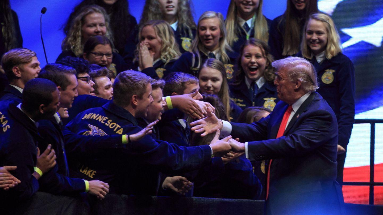 Trump saluda a varios jóvenes tras un mítin en 2018. (EFE)