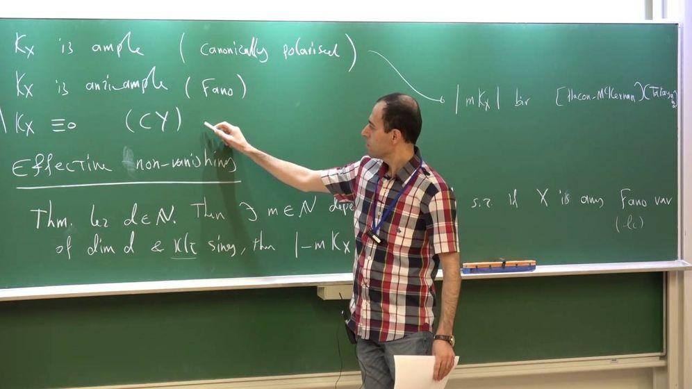 Foto: Birkar, dando clases en Cambridge (YouTube)