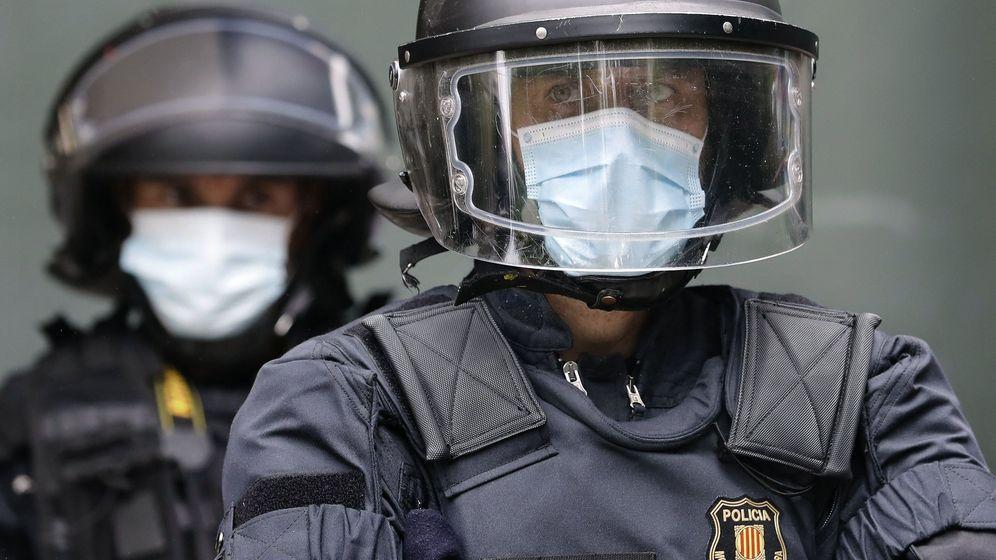 Foto: Mossos d'esquadra con mascarillas sanitarias. (EFE)