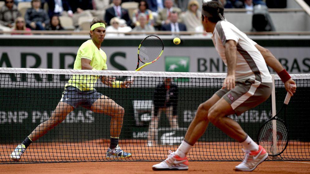 Foto: Rafa Nadal y Roger Federer en el pasado Roland Garros, el otro torneo que se disputa en París. (EFE)