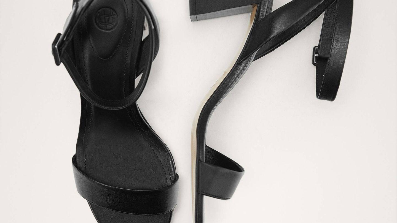 Sandalias piel negra de Massimo Dutti (79,95 euros).