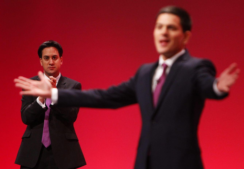Foto: David Miliband acepta el aplauso de las filas laboristas junto a su hermano en una conferencia del partido celebrada el 27 de septiembre de 2010. (Reuters)