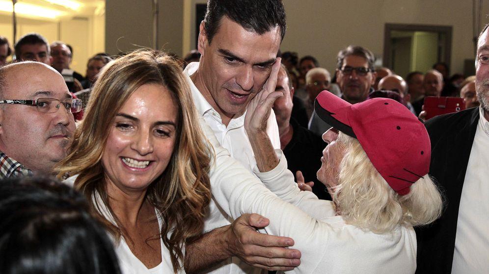 Foto: Pedro Sánchez saluda a una simpatizante durante el acto de la presentación de la cabeza de lista del PSOE por Zaragoza, Susana Sumelzo, el pasado 30 de octubre. (EFE)