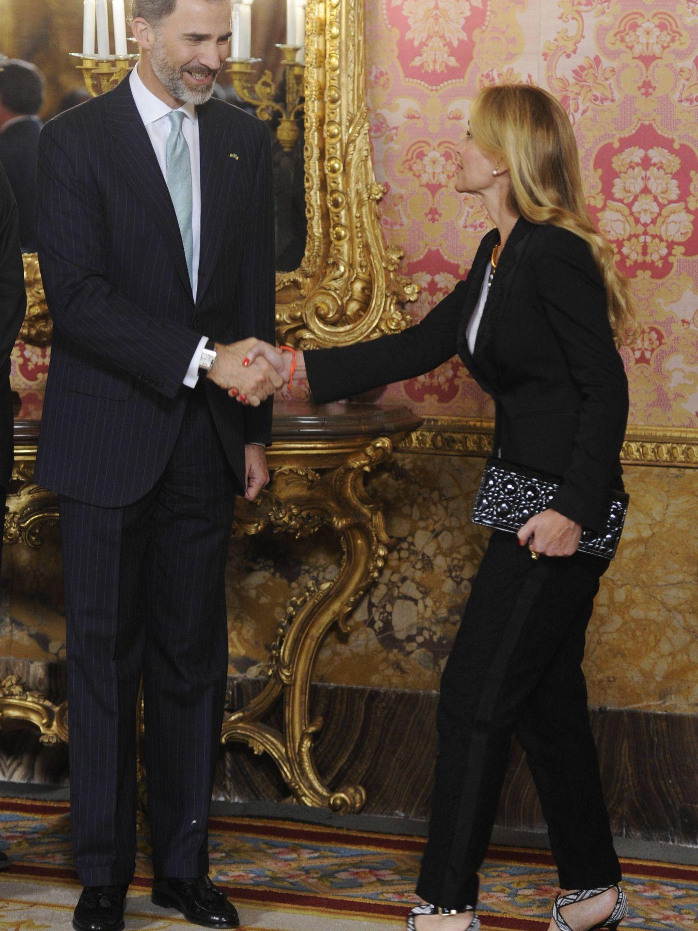 El rey Felipe VI saluda a Esther Koplowitz. (Getty)