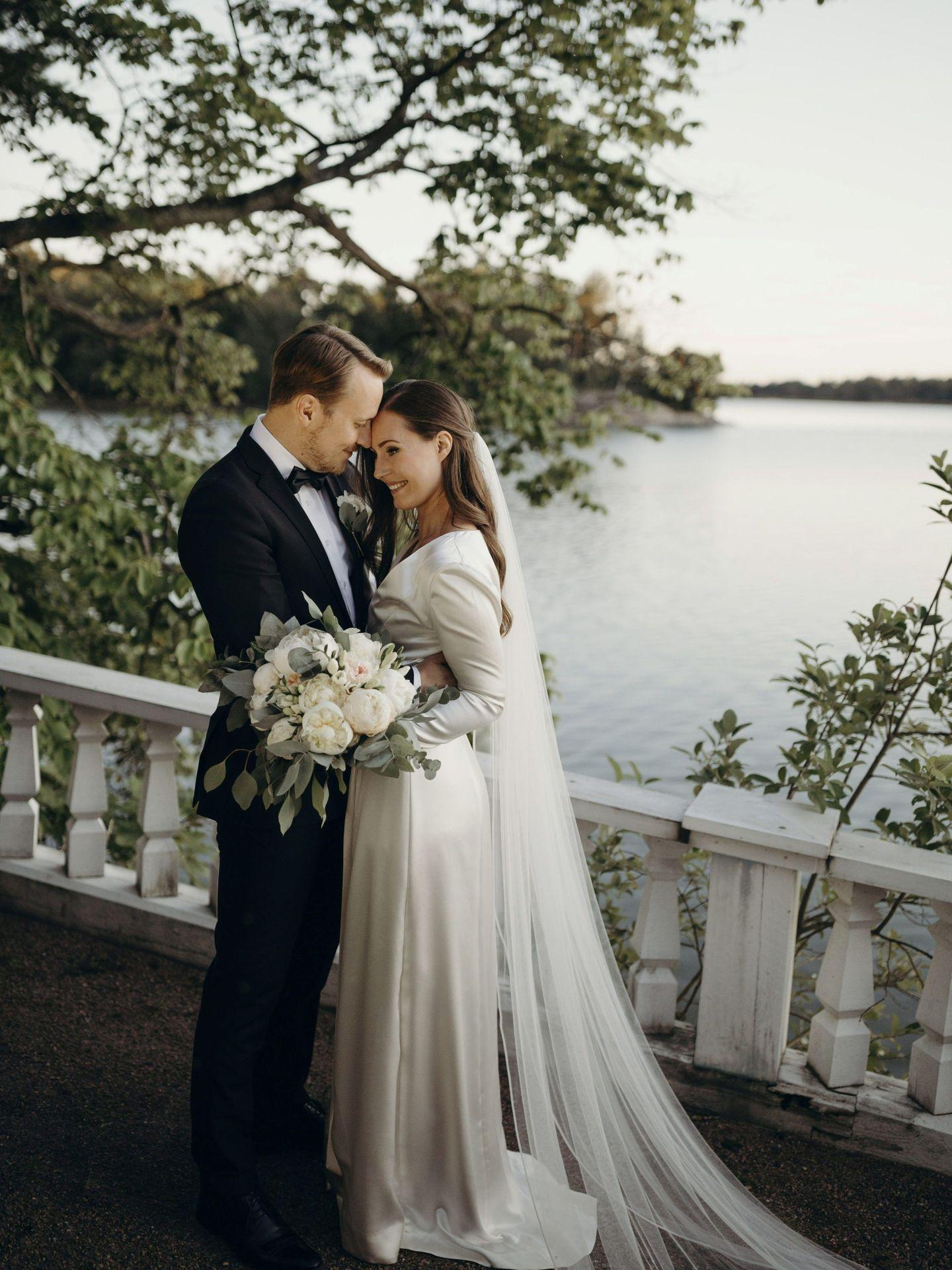 Sanna Marin y Markus Raikkonen posan en su residencia de Kesaränta. (Reuters)