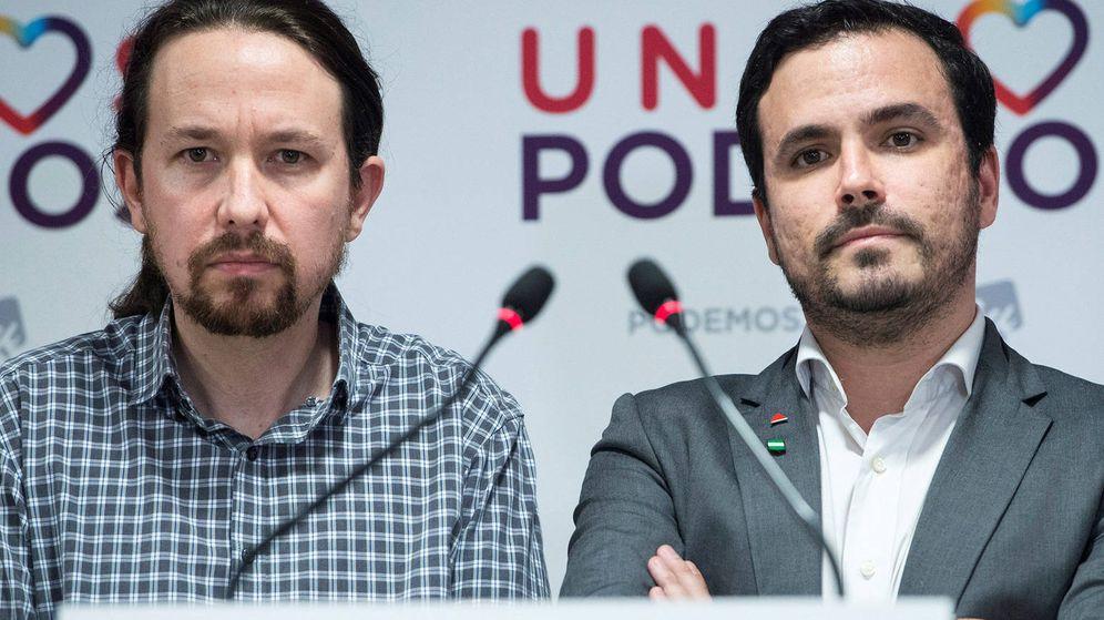 Foto: El coordinador federal de IU, Alberto Garzón (i), y el líder de Podemos, Pablo Iglesias, durante un pleno del Congreso. (EFE)