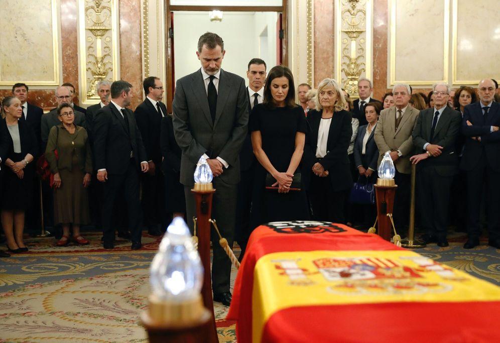 Foto: Los reyes Felipe y Letizia, en la capilla ardiente de Alfredo Pérez Rubalcaba, junto a su mujer, Pilar Goya, este 10 de mayo. (EFE)