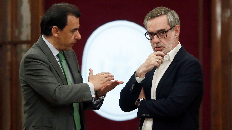 El coordinador general del PP, Martínez-Maillo (i), y el secretario general de Cs, José Manuel Villegas.