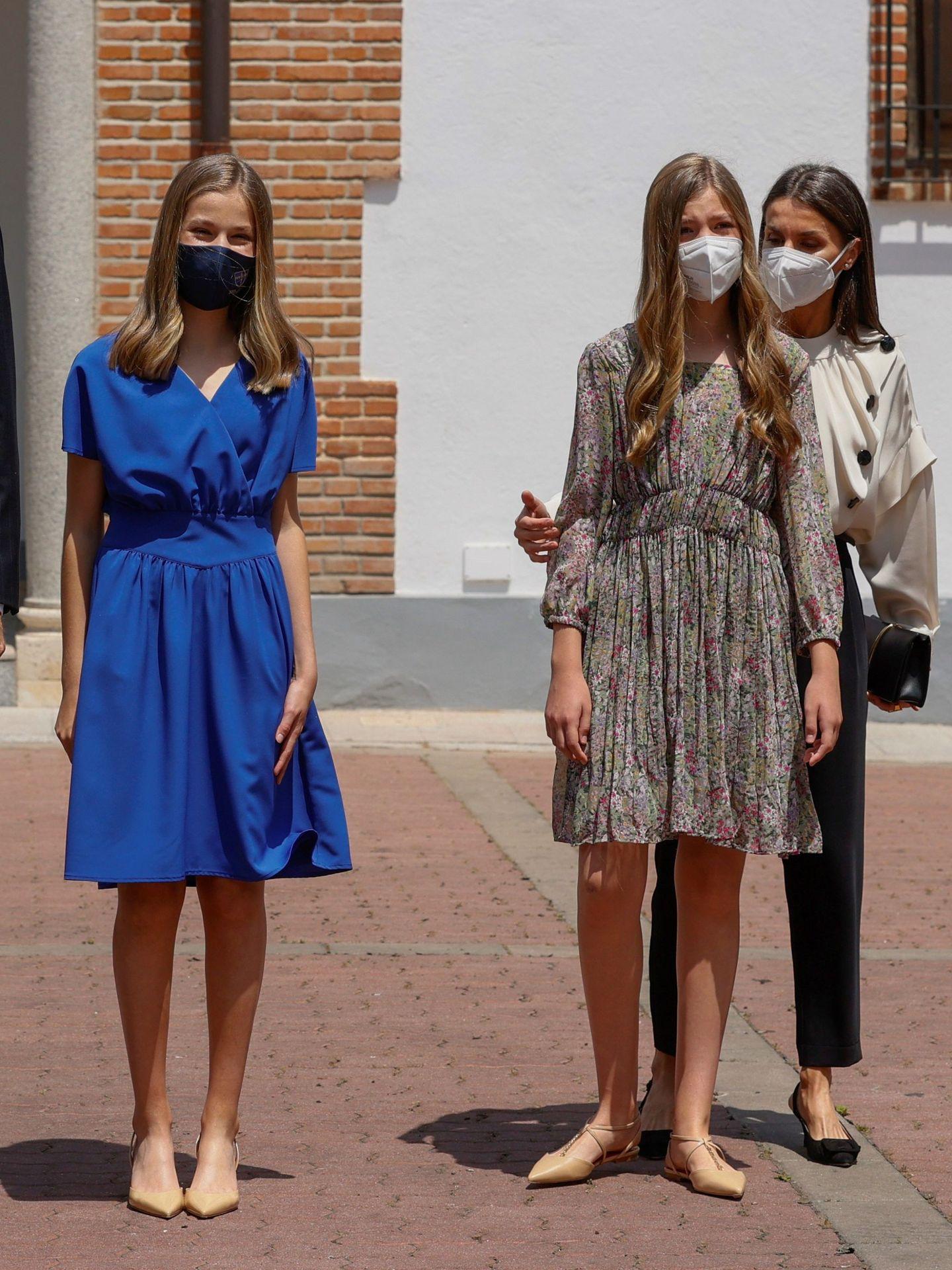 Leonor y Sofía, ambas con vestidos retocados. (EFE)