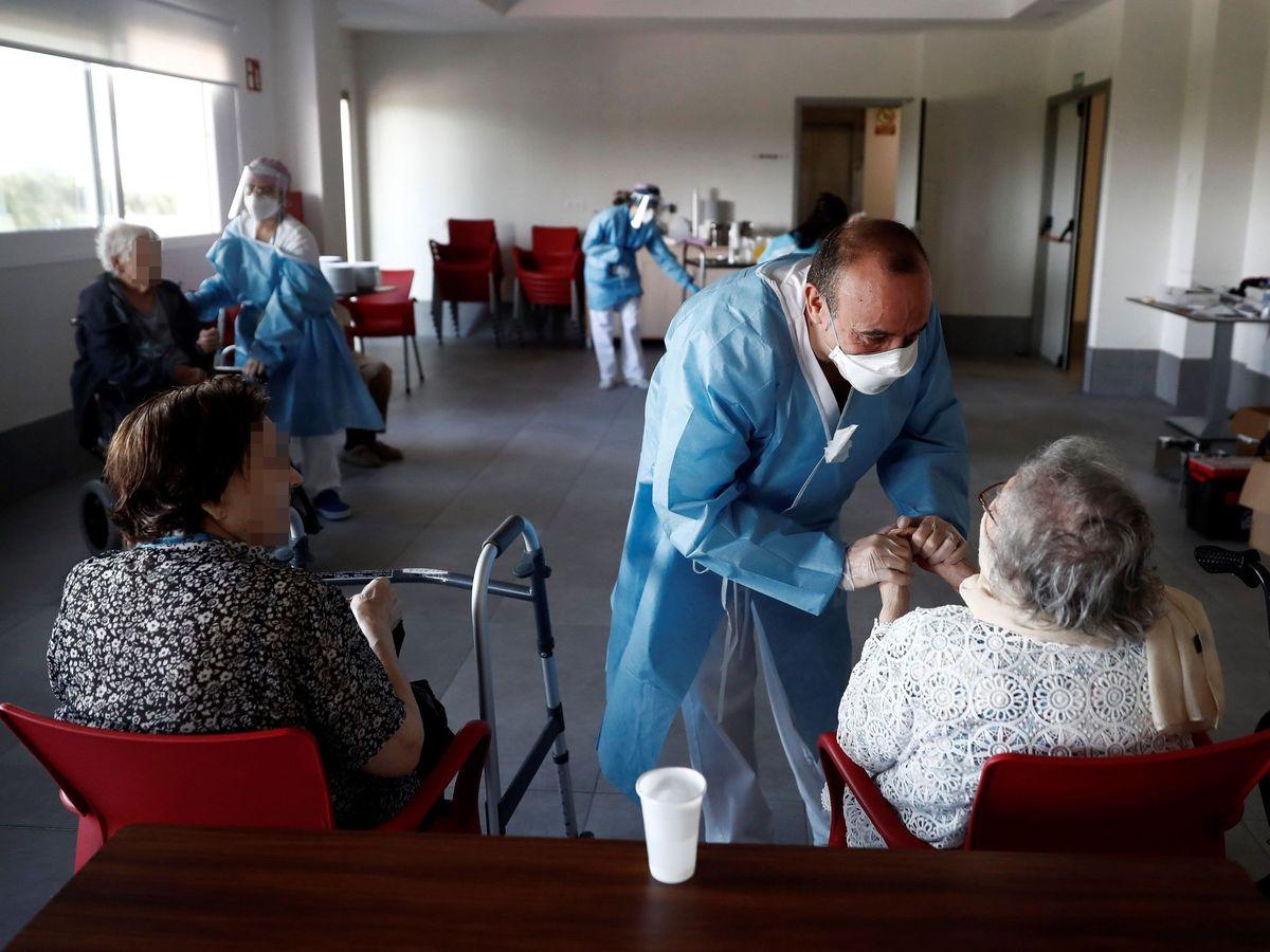Foto: Un sanitario atiende a los ancianos alojados en la residencia Casablanca, en el barrio madrileño de Villaverde. (EFE)