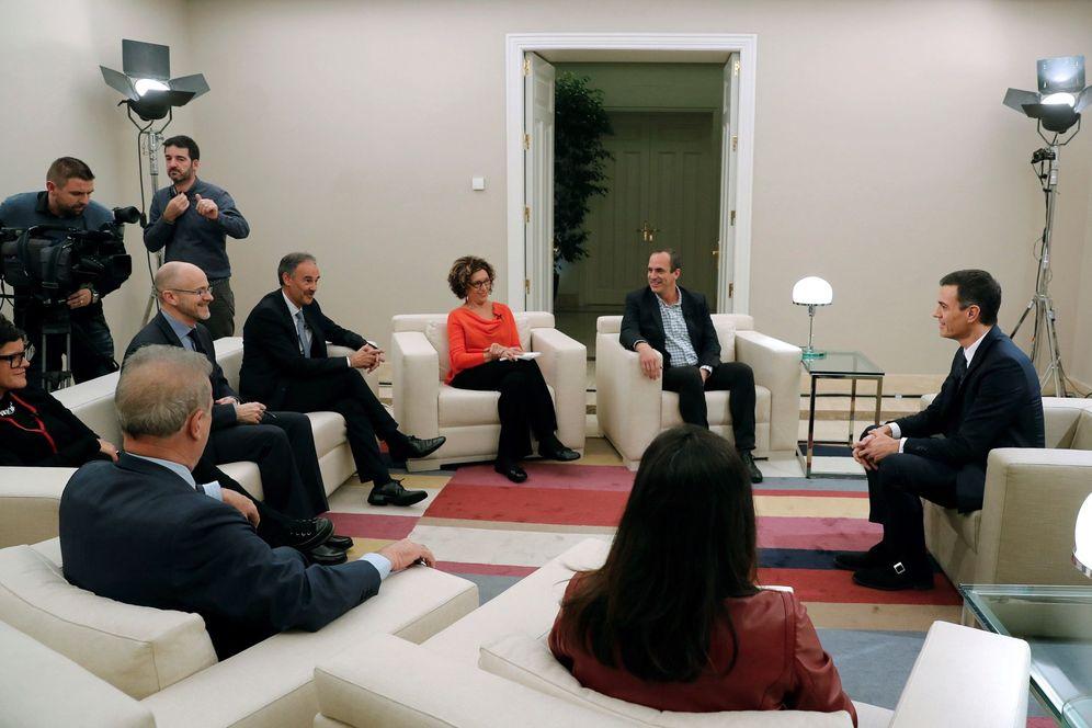 Foto: Pedro Sánchez, durante su entrevista con varias televisiones con motivo del 40 aniversario de la Constitución. (EFE)