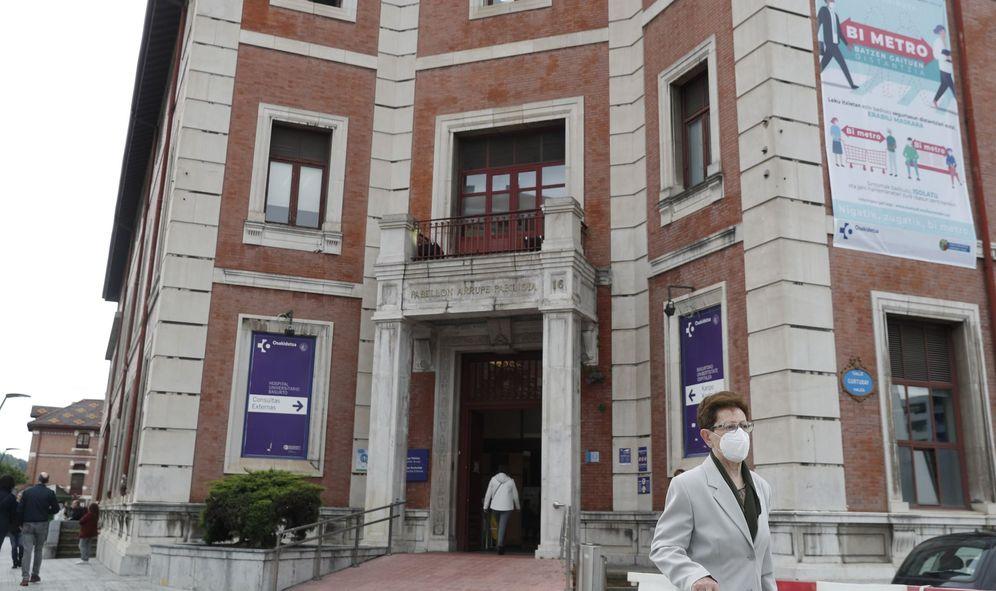 Foto: Una mujer sale del Hospital de Basurto, en Bilbao. (EFE)