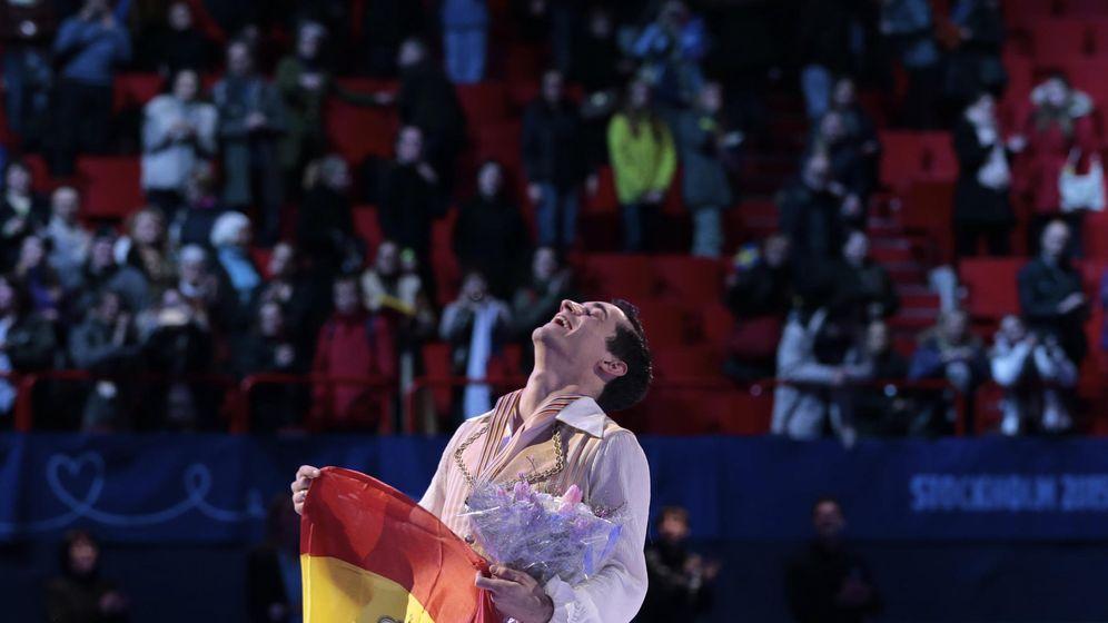 Foto: Javier Fernández celebra su tercer título Europeo (AP).