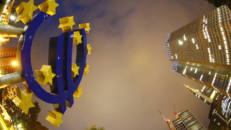 El símbolo del euro en la sede del Banco Central Europeo, en Fráncfort. (Reuters)