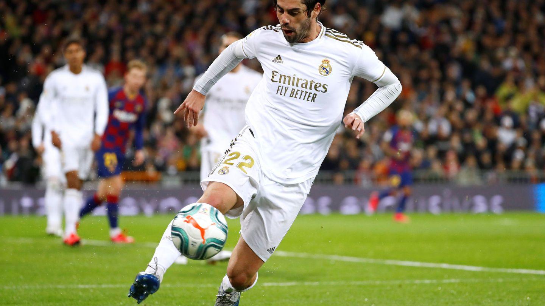 Isco controla un balón durante el partido con el Barcelona. (Efe)