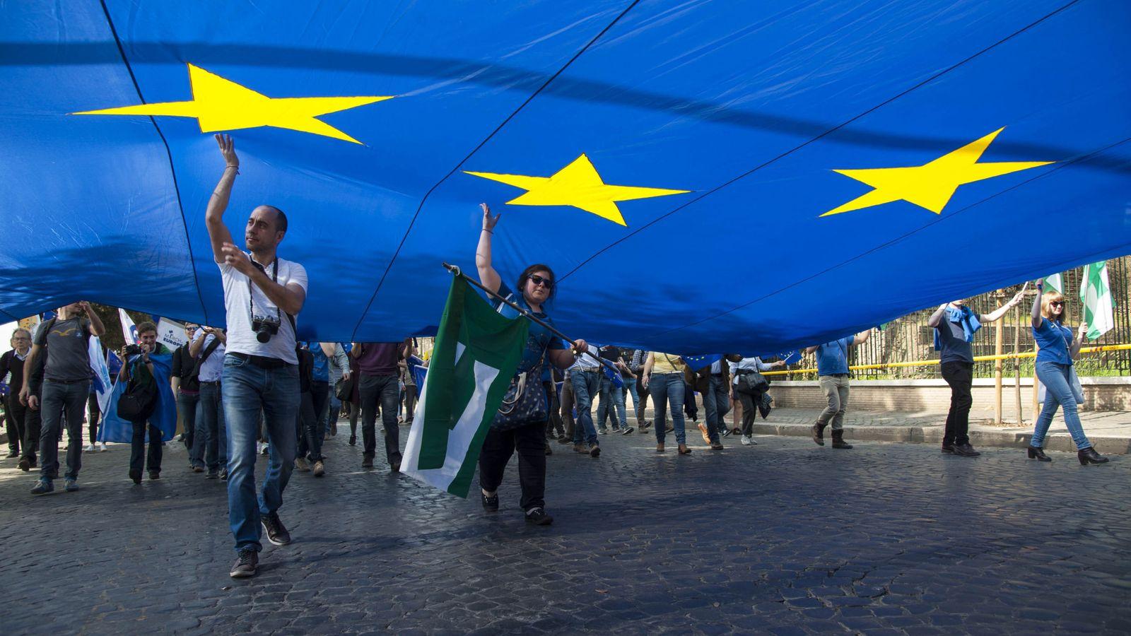 Foto: Miles de personas partidarios de la Unión Europea (UE) se manifiestan junto al Coliseo, en Roma. (EFE)