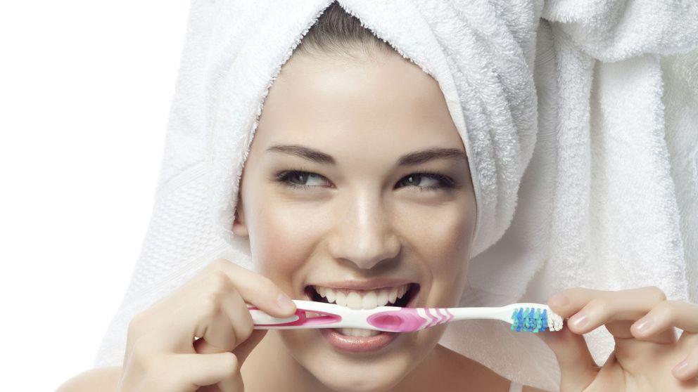 Cinco errores que cometes al lavarte los dientes y cómo corregirlos
