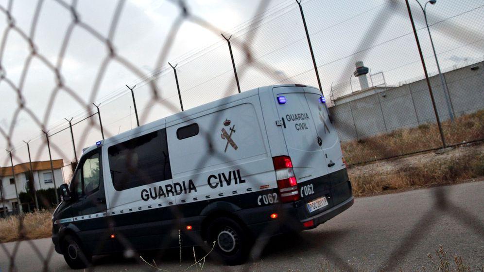 Foto: Furgón de la Guardia Civil al entrar en un centro penitenciario. (EFE)