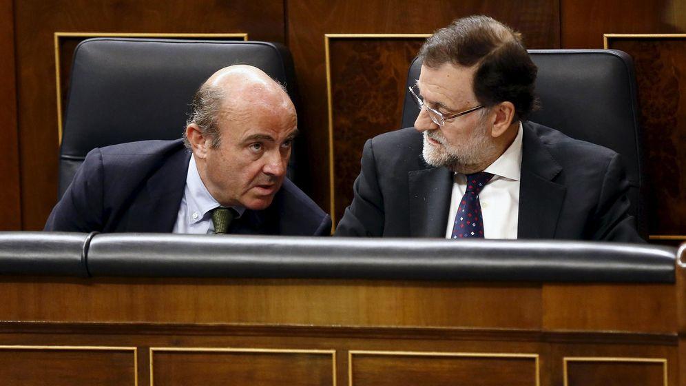 Foto: El presidente del Gobierno en funciones, Mariano Rajoy, con el ministro de Economía, Luis de Guindos, en una sesión parlamentaria de la última legislatura./REUTERS