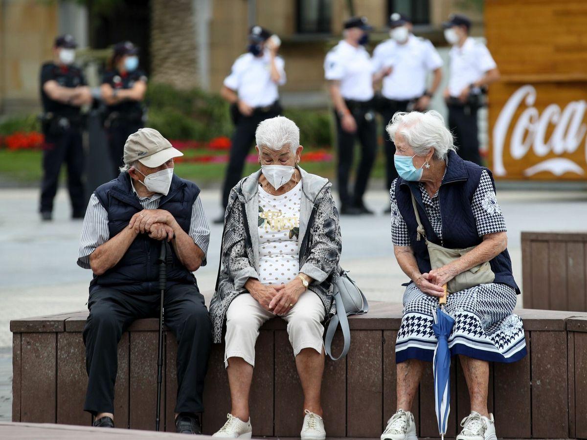 Foto: Unos ancianos conversan protegidos con mascarillas este viernes en San Sebastián. (EFE)