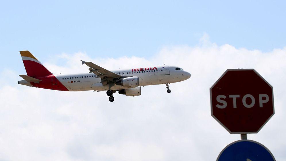 Foto: Uno de los aviones de Iberia aterriza en el aeropuerto de Barcelona. (Reuters)