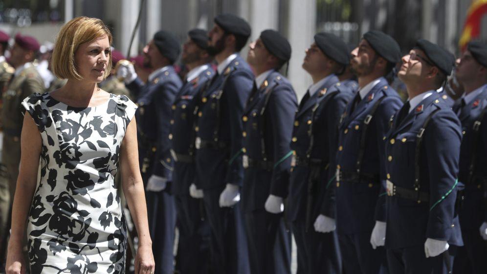 Foto: La ministra de Defensa, María Dolores de Cospedal, pasa revista durante el acto con el que el Ministerio del que es titular celebra el 40 aniversario de su creación. (EFE)
