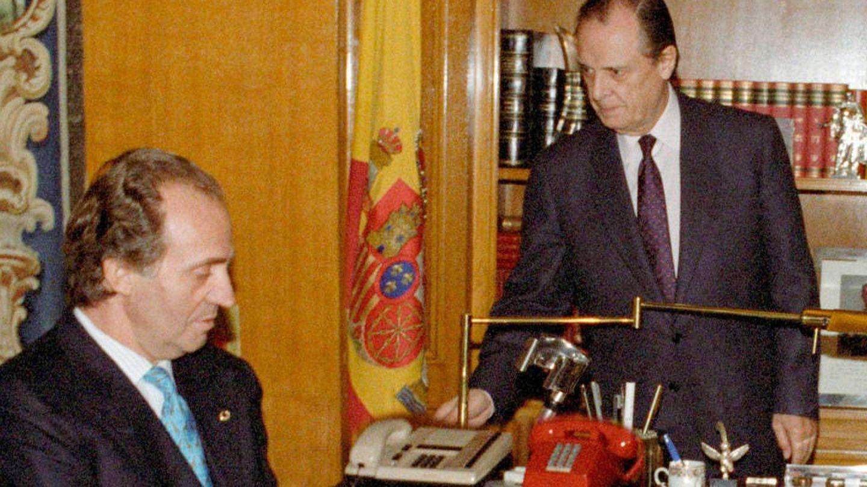 Sabino Fernández campo junto al rey. (EFE)